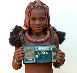Jeune fille himba et sa radio