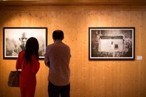 MARIO MACILAU, visite de clients à la galerie MOV´ART